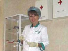 медсестра О. Тышкунь готовится к выполнению процедур